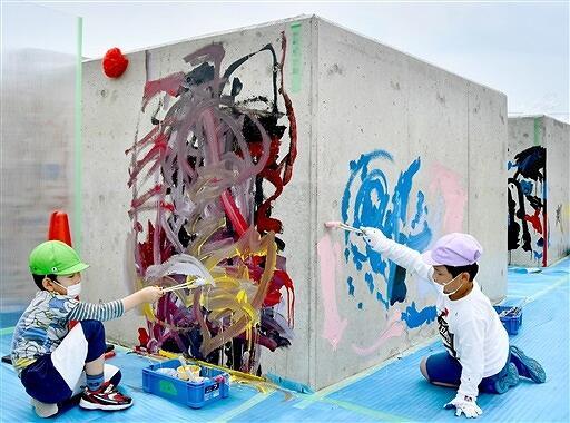 コンクリートブロックに自由にペンキを塗る園児=6月22日、福井県敦賀市松栄町