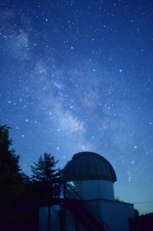 私設の天文台の上に、満天の星が広がった=17日未明