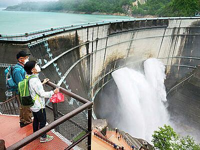 豪快 巨大アーチ 黒部ダムで観光放水