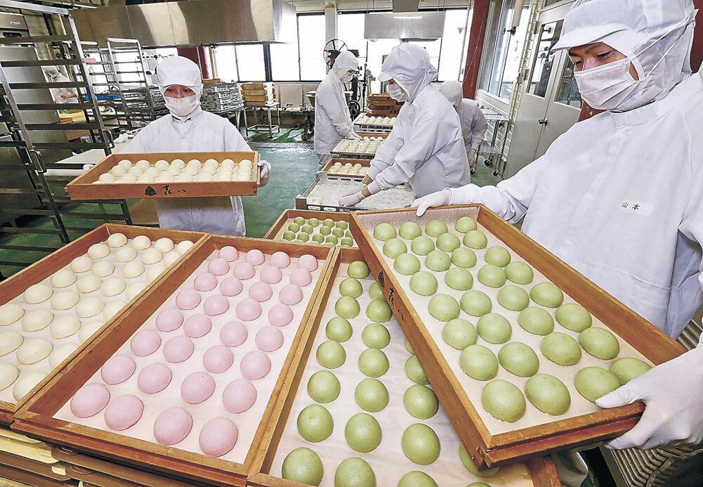 ふっくらと蒸し上がった氷室まんじゅう=金沢市内の和菓子店工場