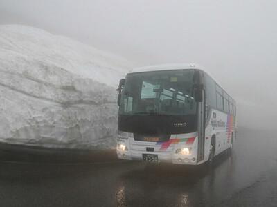 乗鞍、まだ楽しめる「雪の壁」 シャトルバス7月運行開始