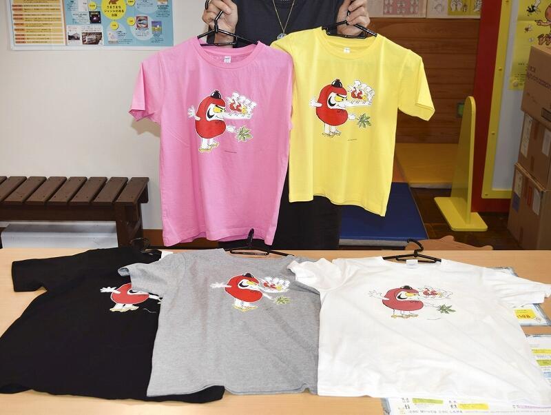 加古さんの人気キャラクターをデザインしたTシャツ=6月25日、福井県越前市かこさとしふるさと絵本館