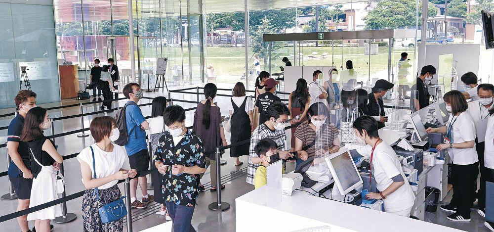 チケット売り場に列をつくる来館者=金沢21世紀美術館