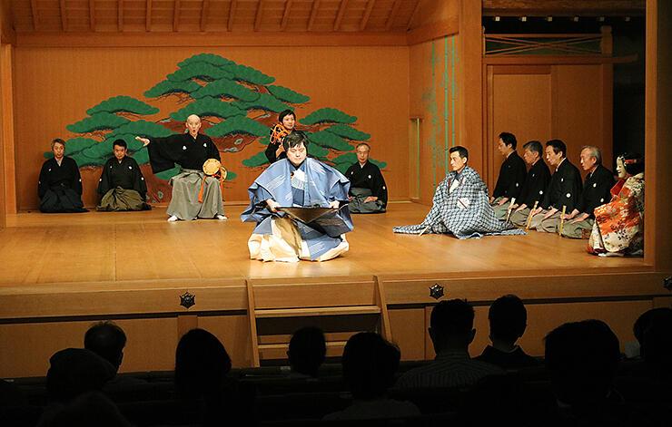 舞台も客席も密集を避けて行われた能楽大会=富山能楽堂