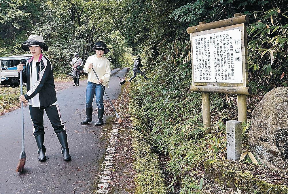 石仏峠周辺で清掃活動に取り組む中学生=宝達志水町見砂