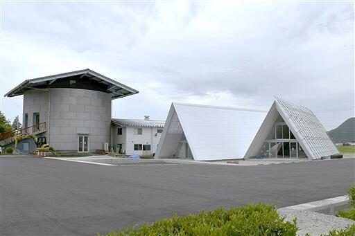 改修を終えたタケフナイフビレッジの共同工房と三角屋根の増設部分=6月25日、福井県越前市余川町