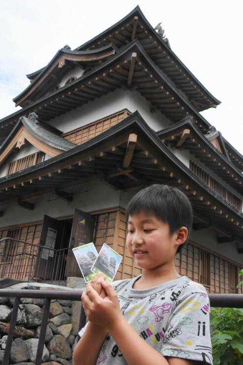 高島城の入場者に配られた「ロゲットカード」を手にする男の子