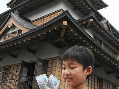 高島城のカード手に笑顔 コレクションカード先行配布