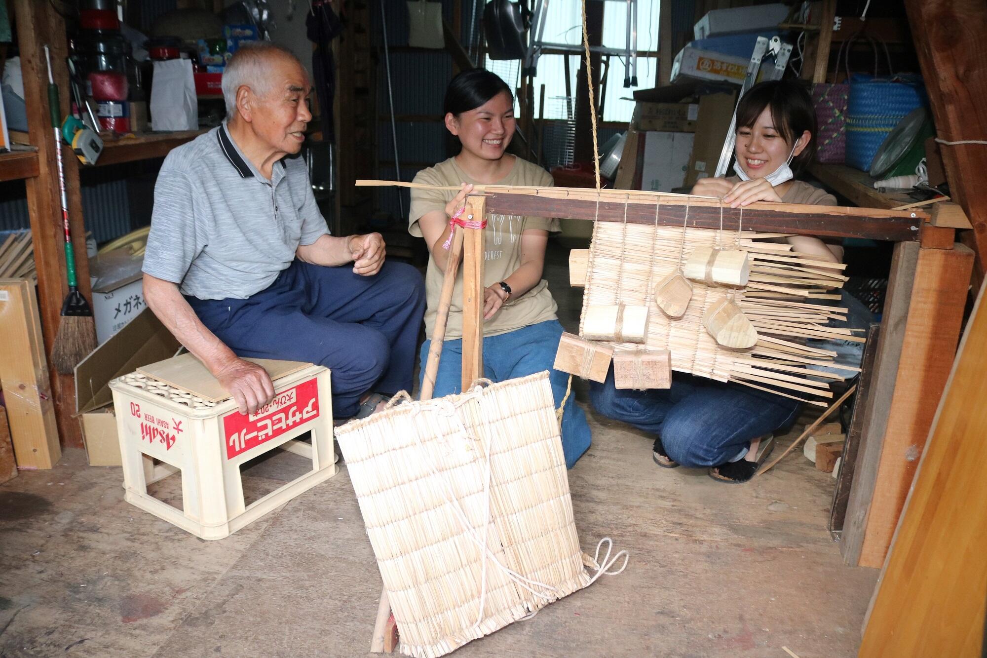 タミノ作りを教える尾田さん(左)=白山市白峰