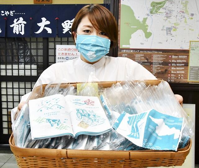 オリジナル手ぬぐい(手前左)で作ったマスク=6月25日、福井県大野市元町の市観光協会