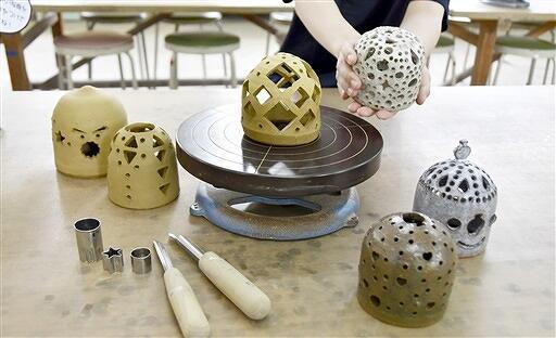 道具や型抜きを使って作る陶あかり=6月30日、福井県越前町の県陶芸館