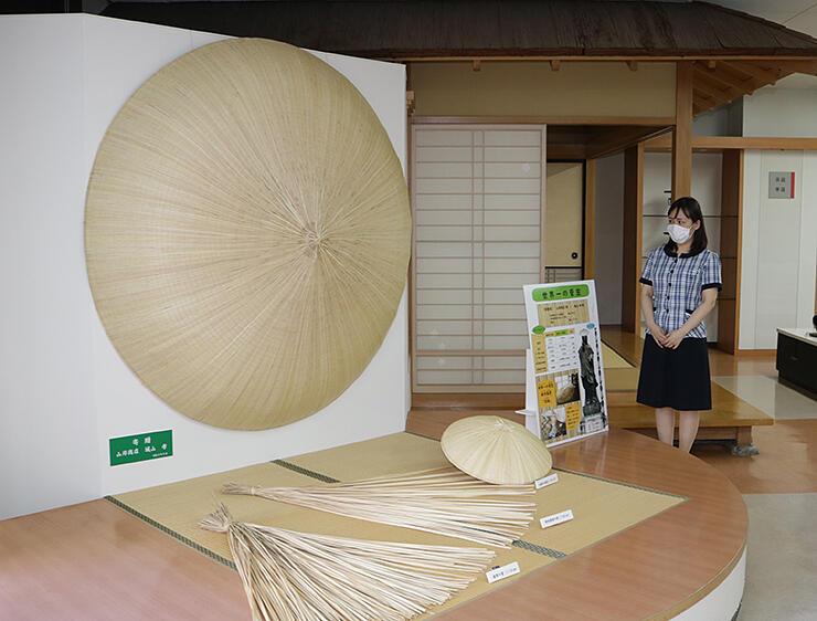直径1.83メートルの巨大な菅笠=高岡地域地場産業センター