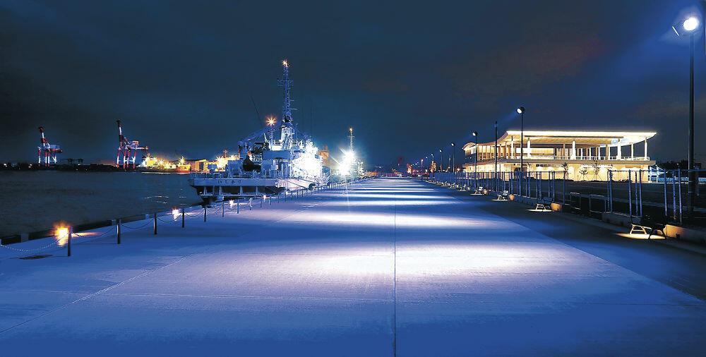 加賀五彩の藍色に染まったクルーズターミナル前=1日午後7時40分、金沢港