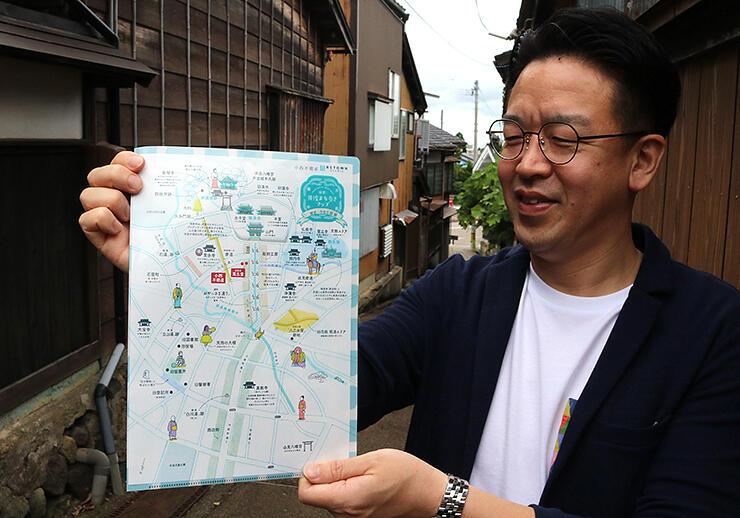 町歩きマップを制作した小西さん=南砺市井波