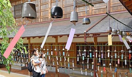 約千個の越前焼の風鈴が音色を響かせている「陶ふうりん」=7月1日、福井県越前町の越前古窯博物館