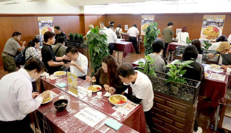 カレーのみ臨時営業中の「万代そば」。ホテルでも立ち食いスタイルはそのまま=新潟市中央区
