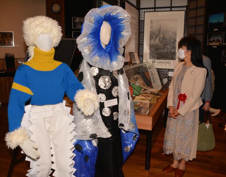 長野冬季五輪開閉会式の資料を展示したコーナーを見て回る野村玲子さん