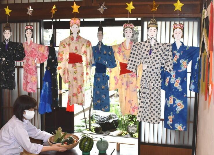 七夕人形を飾り、野菜を供える松本市はかり資料館の展示室