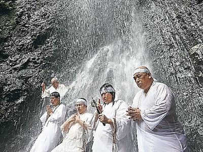 冷水に打たれコロナ終息願う 中能登で滝開き