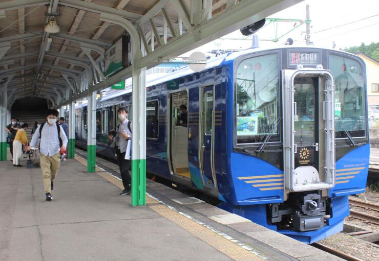 新潟市秋葉区で製造され、しなの鉄道の観光列車としてデビューしいたSR1系=4日、妙高市の妙高高原駅