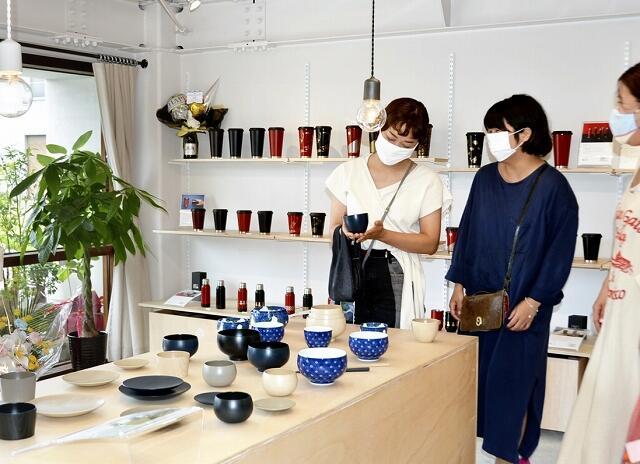 自社の漆器商品を展示販売する土直漆器の直営店=7月5日、福井県鯖江市西袋町