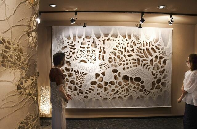 ふすま紙の伝統技法を駆使した作品が並ぶ長田さんの個展=7月4日、福井県福井市松本1丁目のギャラリーサライ