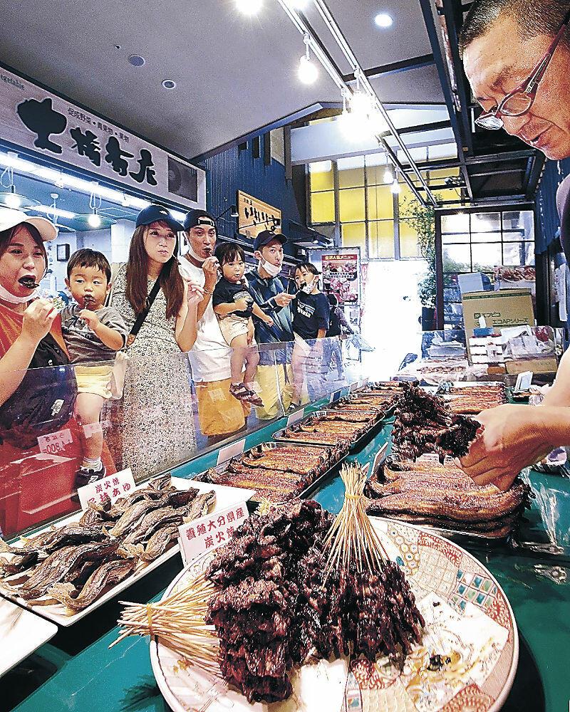 店頭に並んだドジョウのかば焼き=近江町市場