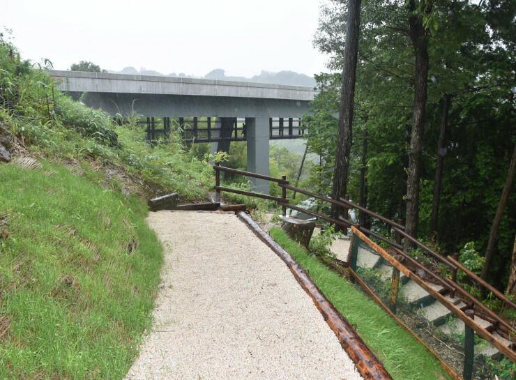 龍東道の下村広場側の入り口。奥に天龍峡大橋が見える