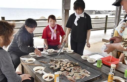 肉のほか、イカやサザエなどの海産物も楽しめるプランを実際に味わった試食会=福井県越前町米ノ