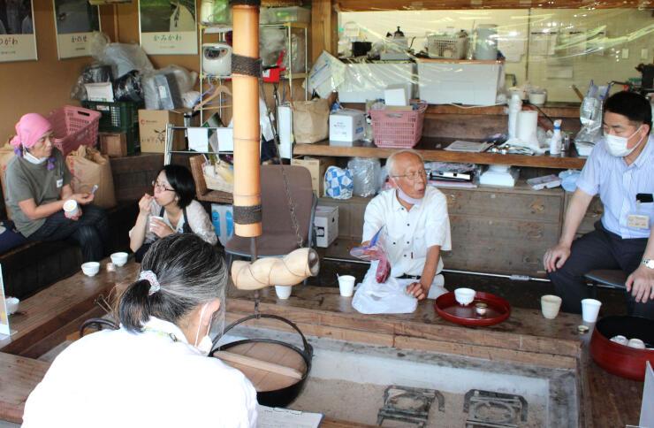 雪椿紅茶ジェラートの試食会。「おいしい」と評価が高かった=阿賀町津川