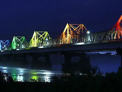 明日を照らすレインボーカラー 長岡・長生橋ライトアップ