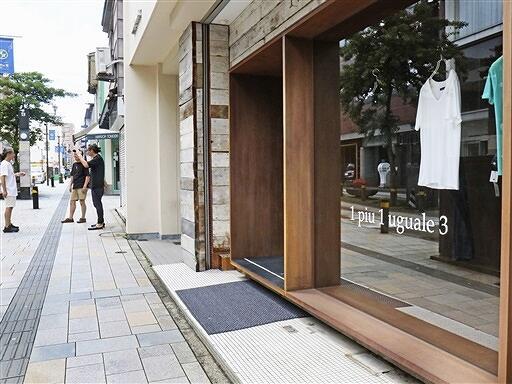 ファッションマーケットに出店する小売店が並ぶサンロード北の庄通り。マーケットでは屋外で買い物をする新しい生活様式を提案する=7月8日、福井県福井市中央1丁目