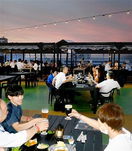 オープンしたビアガーデンで乾杯する人たち=7月8日夜、福井県福井市の西武福井店