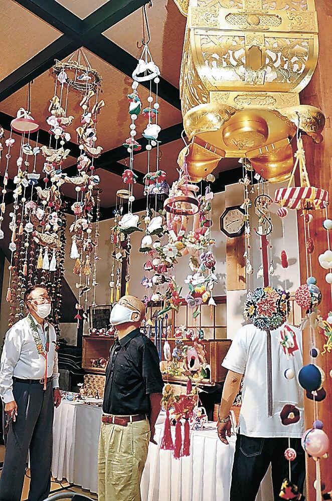ふくさげ飾りを眺める門信徒=白山市美川新町の松雲寺