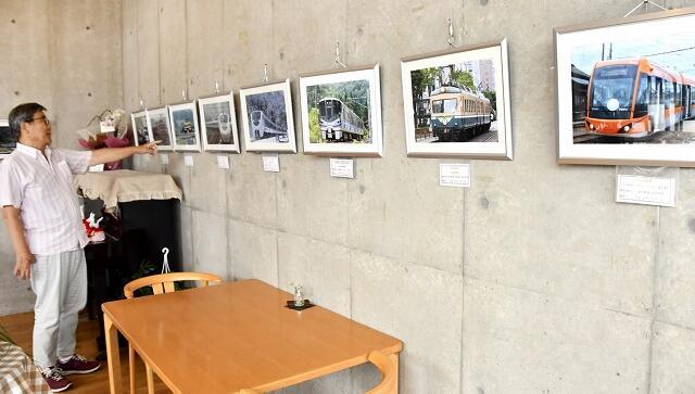 昭和30年代から現在までの鉄道写真が並ぶ写真展=7月9日、福井県鯖江市文化の館喫茶室「こっしぇるん。」