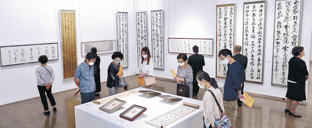 地元書家による秀作を鑑賞する来場者=金沢21世紀美術館