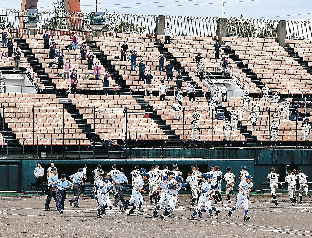 球児が熱戦を展開した夏季石川県高校野球大会。保護者は間隔を開けてスタンドから拍手を送った=金沢市の石川県立野球場