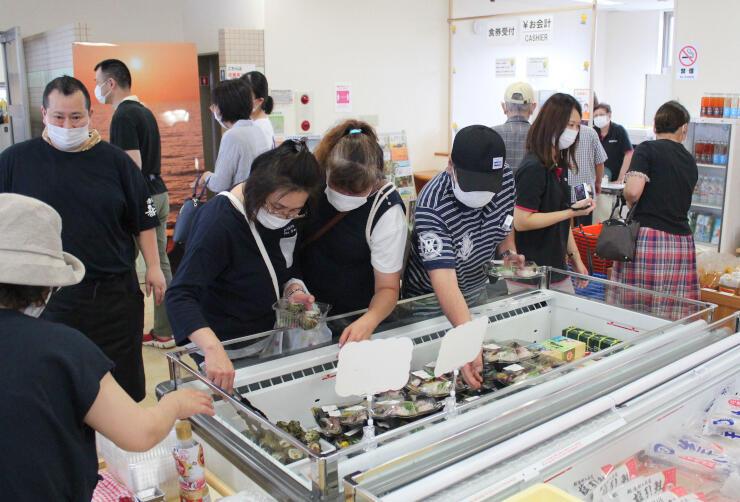 柏崎市の特産品や鮮魚などが販売されている「夕海」=11日、柏崎市番神1