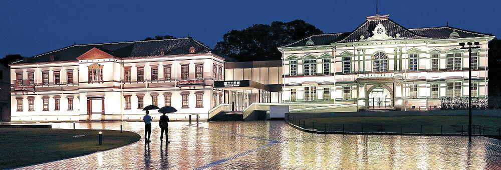 幻想的に浮かび上がった国立工芸館=金沢市出羽町