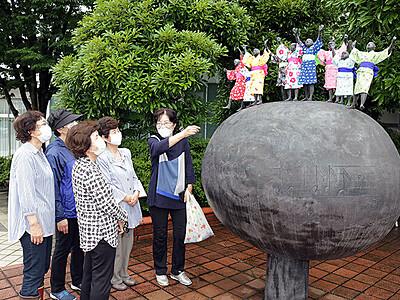 童謡「夕日」の像、浴衣姿に 高岡の末広坂小公園