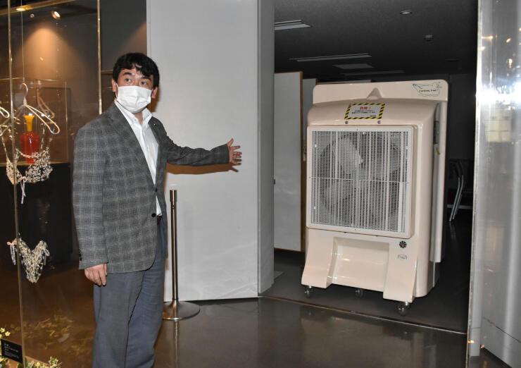 換気用に美術館内に設置した大型の送風機