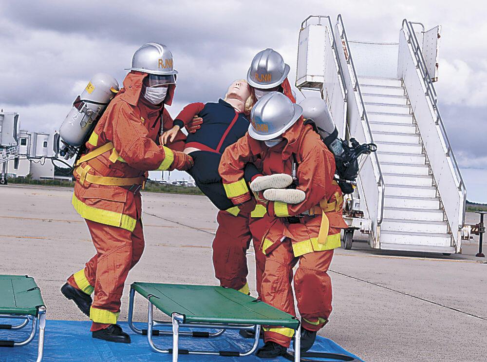 航空機事故を想定した消火救難総合訓練