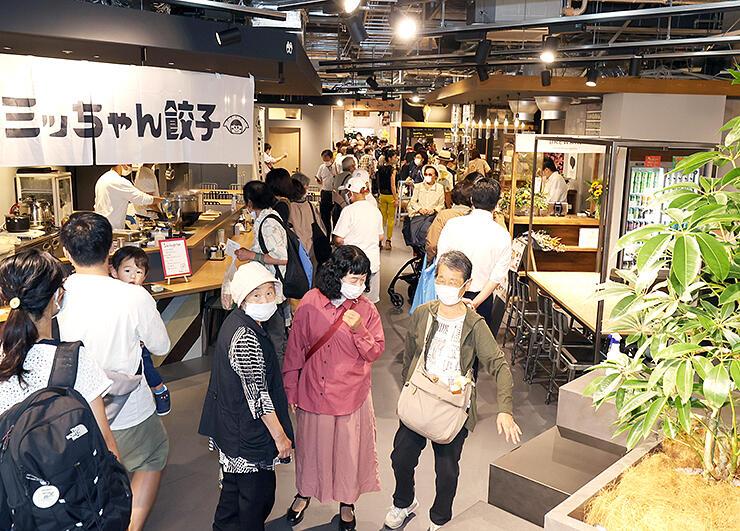 来店者でにぎわう「SOGAWA BASE」の飲食スペース=富山市総曲輪