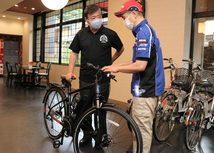 青木町長(左)に「eバイク」を説明する松沢さん