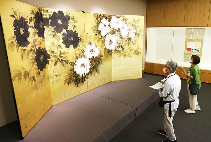 日本の自然や風土を描いた作品が並ぶ「山中暦日展」=県水墨美術館