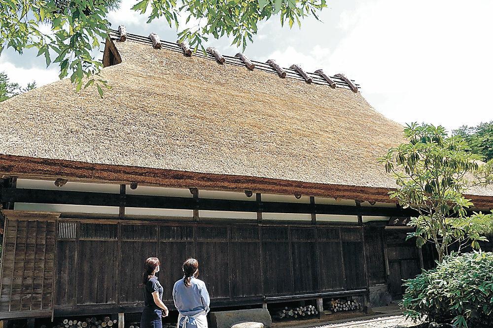 屋根の葺き替えが完了した合鹿庵=能登町柳田植物公園