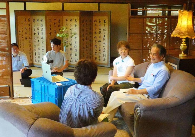 オンライン移住セミナーでパソコンのカメラを前に質問に答える川島さん夫妻(右)=4日、中野市永江