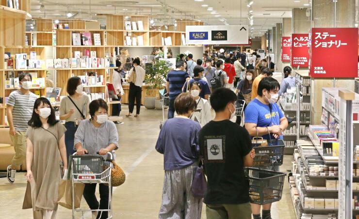 正式オープンし、買い物客でにぎわった「無印良品 直江津」=20日、上越市