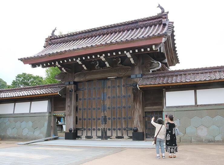 建立当初の姿に復元された総門=高岡市伏木古国府