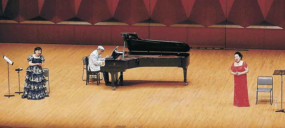華やかな歌声や音色を披露する出演者=金沢市の県立音楽堂コンサートホール